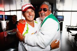 Fisichella (li.) und Mallya freuen sich über die erste Force-India-Pole